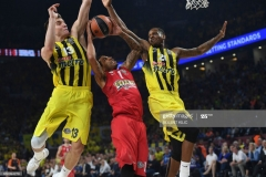 Olympiacos's Erick Green (C) jumps for the basket as Fenerbahce's Bogdan Bogdanovic (L) and James Nunnally (R) try to block him during the first place basketball match between Fenerbahce and Olympiacos at the Euroleague Final Four basketball matches at Sinan Erdem sport Arena, on May 21, 2017 in Istanbul.  / AFP PHOTO / BULENT KILIC        (Photo credit should read BULENT KILIC/AFP via Getty Images)