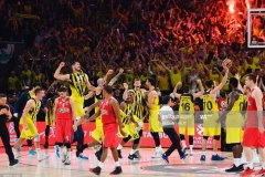 Fenerbahce's players celebrate winning as Olympiacos' react after the first place basketball match between Fenerbahce and Olympiacos at the Euroleague Final Four basketball matches at Sinan Erdem Sport Arena, on May 21, 2017, in Istanbul.  / AFP PHOTO / BULENT KILIC        (Photo credit should read BULENT KILIC/AFP via Getty Images)