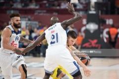 ISTANBUL, TURKEY - MAY 19:  Bogdan Bogdanovic, #13 of Fenerbahce Istanbul competes with Othello Hunter, #21 of Real Madrid during the Turkish Airlines EuroLeague Final Four Semifinal A game between Fenerbahce Istanbul v Real  Madrid at Sinan Erdem Dome on May 19, 2017 in Istanbul, Turkey.  (Photo by Patrick Albertini/Euroleague Basketball via Getty Images)