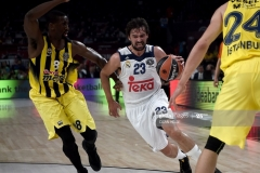 Real Madrid Sergio Llull (C) vies with Fenerbahce's Ekpe Udoh (L) and Jan Vesely (R) during the semi-final basketball match between Fenerbahce Ulker vs Real Madrid at the Euroleague Final Four basketball matches at Sinan Erdem sport Arena on May 19, 2017 in Istanbul.  / AFP PHOTO / OZAN KOSE        (Photo credit should read OZAN KOSE/AFP via Getty Images)