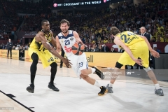 ISTANBUL, TURKEY - MAY 19:  Sergio Llull, #23 of Real Madrid competes with Ekpe Udoh, #8 of Fenerbahce Istanbul during the Turkish Airlines EuroLeague Final Four Semifinal A game between Fenerbahce Istanbul v Real  Madrid at Sinan Erdem Dome on May 19, 2017 in Istanbul, Turkey.  (Photo by Patrick Albertini/Euroleague Basketball via Getty Images)